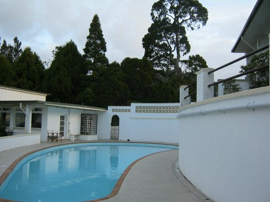 Heritage Collection Waitakere Estate: The pool and our room on the right.