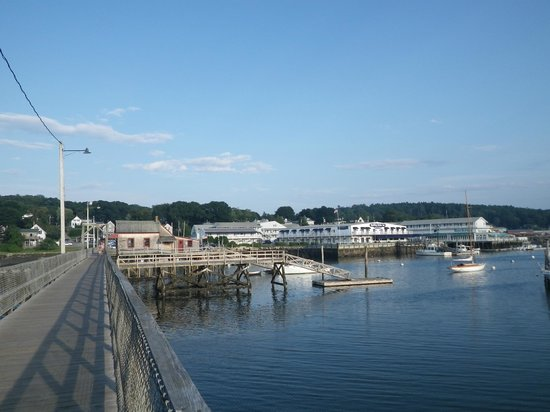 Boothbay Harbor Inn: Hotel in background from the boardwalk