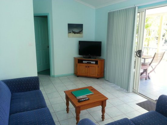 Tropic Oasis Holiday Villas: Foxtel Gardenia 2 bedroom lux loungeroom