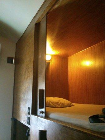 Suneta Hostel Khaosan: Cabinet bed
