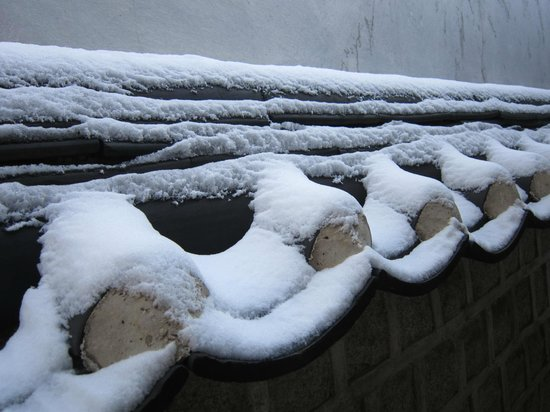 Hanok-Dorf Bukchon: Lovely sight to behold! Snow on a clay roof!