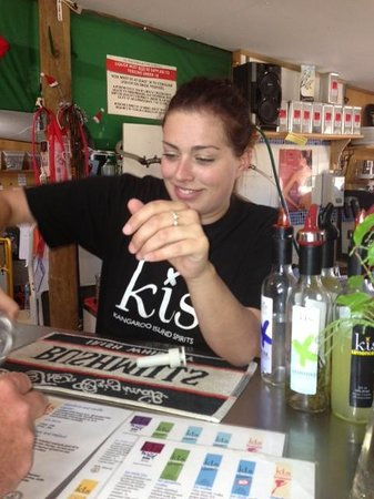 Kangaroo Island Spirits: Friendly staff offering Free tasting @ KI Spirits