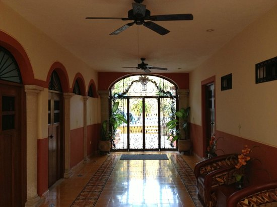 Luz En Yucatan: Hallway from front of hotel to back pool area.