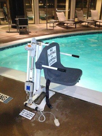 Atlanta Marriott Marquis: Lift at Swimming Pool