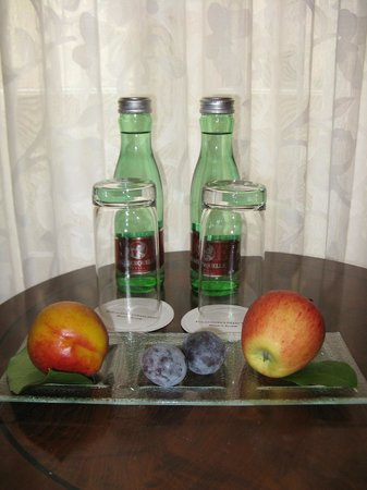 Hotel Bristol Vienna: Bottled water and fruit provided in the room