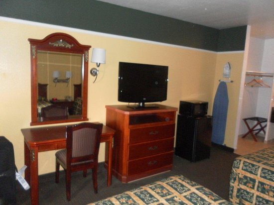 Portola Inn and Suites: view of room