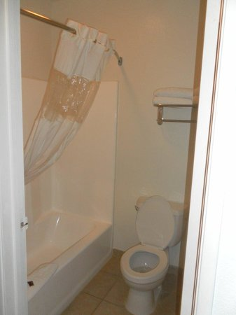 Portola Inn and Suites: bathroom