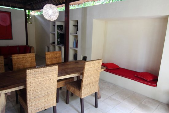 Bali T House: Indoor dining area