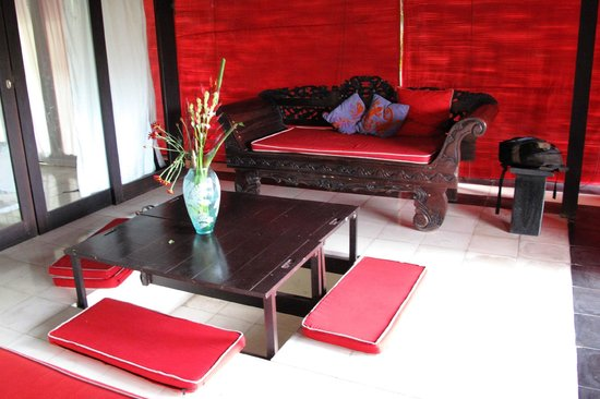 Bali T House: Open area family room