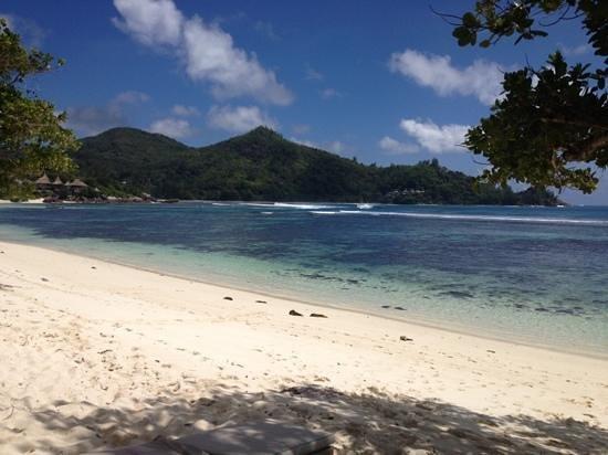Kempinski Seychelles Resort: пляж перед отелем , утром купаться можно, но начиная с 11:00 и до 16:00 воды становится по колен