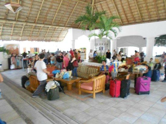 Gran Festivall All Inclusive Resort: En el lobby el ultimo día, ahi estan mis pasajeros!