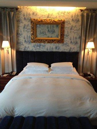 Grand Victoria Hotel: Bed