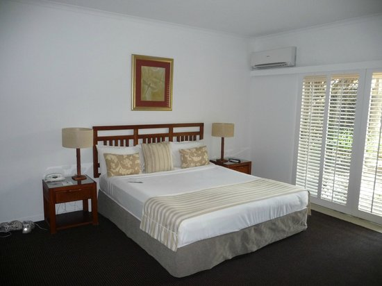 Ramada Resort Port Douglas: Massive master bedroom, WIR and ensuite