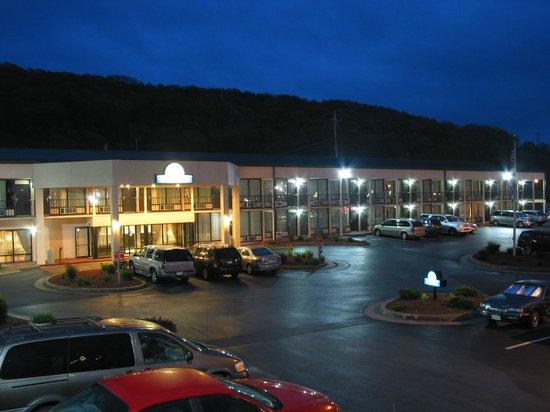 Days Inn Princeton: Hotel at nitght