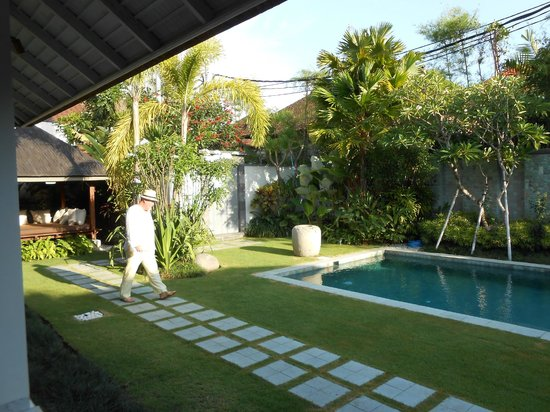 Serene Villas : The pool and the entrance of the villa