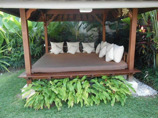 Serene Villas: The afternoon bed in the garden