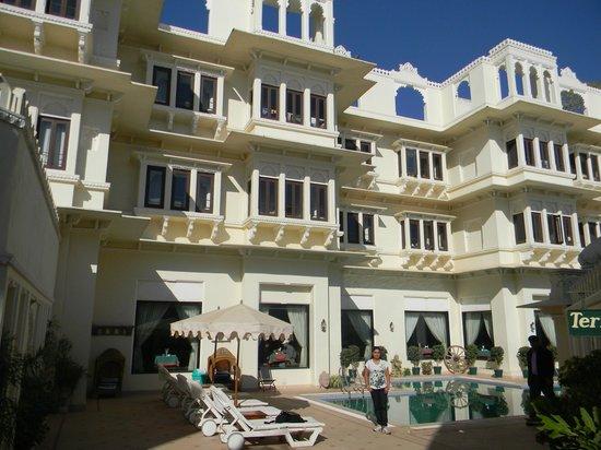 Hotel Swaroop Vilas: Poolside