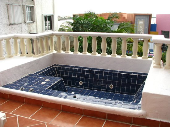 Mía Cancún: Jacuzzi on balcony