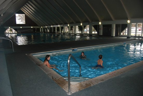 Fairmont Hot Springs Resort: The huge indoor pool at The Fairmont resort, Anaconda