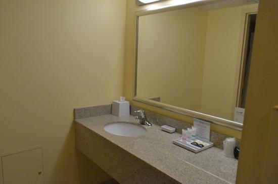 Four Points by Sheraton Cocoa Beach: bathroom