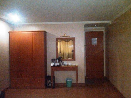Astoria Regency: desk & big closet
