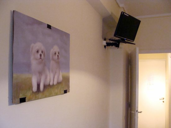 Hotel Aristoteles: Wall with painting and TV on the other side of the beds