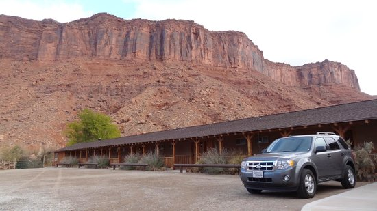 Red Cliffs Lodge: the cliffs around