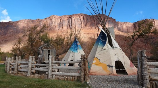Red Cliffs Lodge: tipies at the Colorado bank