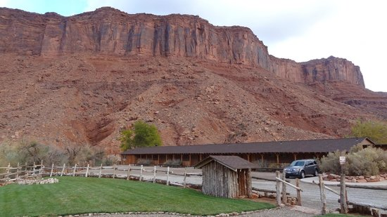 Red Cliffs Lodge: outstanding cliffs arounfd the lodge