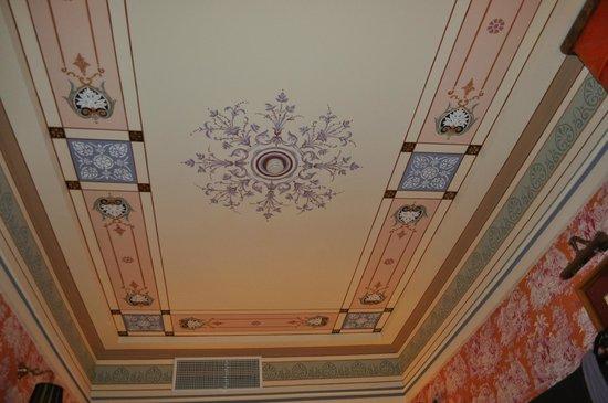 Maison Grecque : le tres beau plafond de la chambre