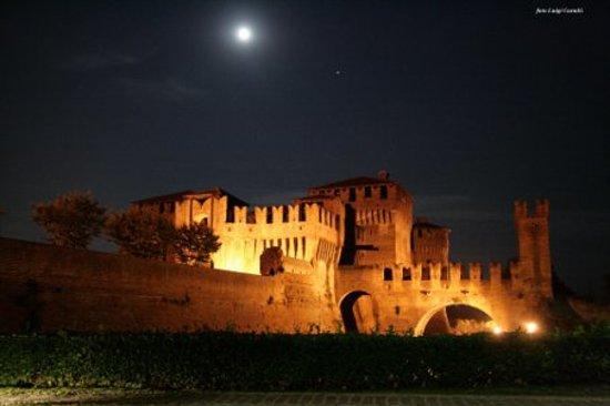 Soncino, Italie : La Rocca Sforzesca di notte