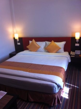 Bossotel Bangkok: The bed in a regular room