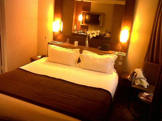 Holiday Inn Paris Elysées : room with large bed