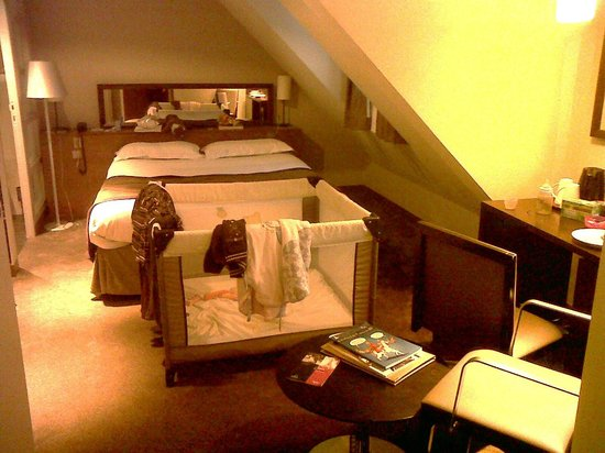 Holiday Inn Paris Elysees: room 505 with baby