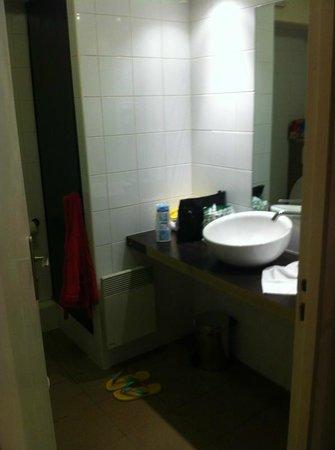 City Residence Chelles : Badezimmereinblick Waschtisch