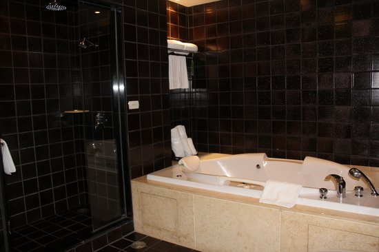 Tara Angkor Hotel: Soaker tub and shower