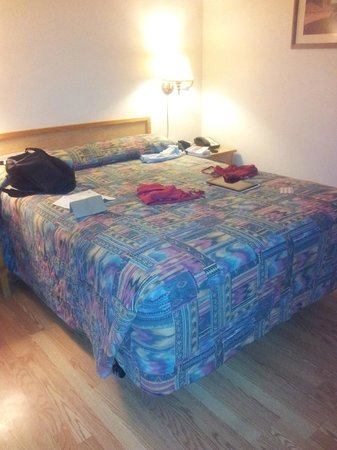 Dine Inn Motel: the bed