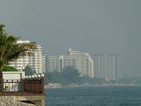 Anantara Hua Hin Resort: Blick am Starnd Stadtauswärts