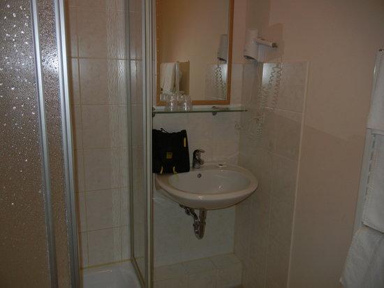 Hotel PrimaVera Parco: sehr kleinesBad mit Duschkabine - ohne Ablagefläche