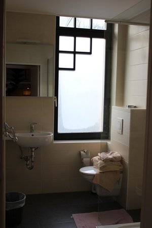 Hotel Frederiksborg: Autre vue de la salle de bains