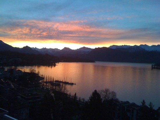 Art Deco Hotel Montana Luzern: Sonnenaufgang, Blick aus dem Fenster