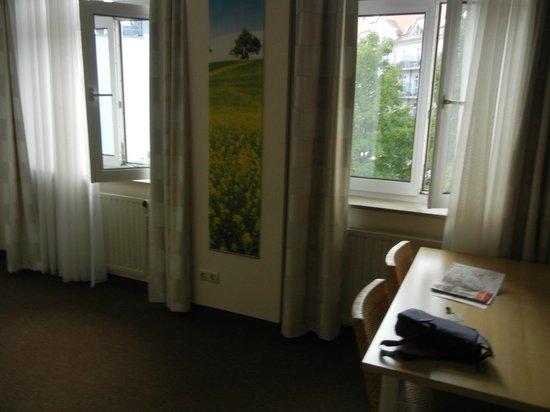 Hotel PrimaVera Parco: ungemütliche Zimmeraufteilung und wenig ansprechende, einfache Möblierung