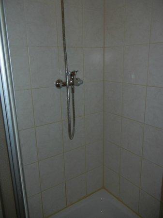 Hotel PrimaVera Parco: Enge ohne Ablage in der Duschkabine