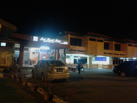 Sri Inai Inn : Entrance at night