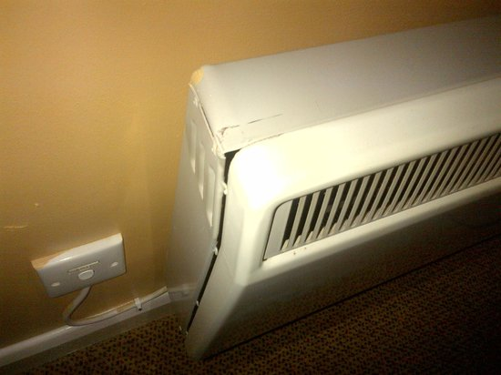 Hilton Milton Keynes: This was our damaged and poorly maintained heater. An eyesore