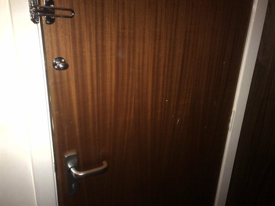 Hilton Milton Keynes: Paint marks on the joining door between rooms (which by the way could not be locked)