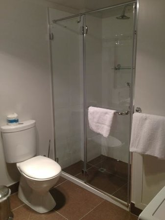 Hampden At Battery Point Apartments: Very clean shower and toilet, 4 towels supplied