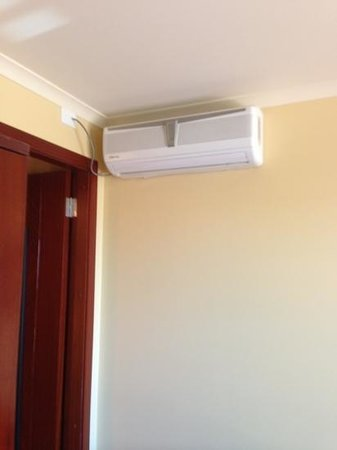 Hampden At Battery Point Apartments: aaahhhh nice air con unit in bedroom.