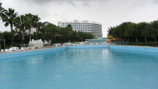 Kervansaray Kundu Hotel: Blick von Ende des Pools zum Hotel