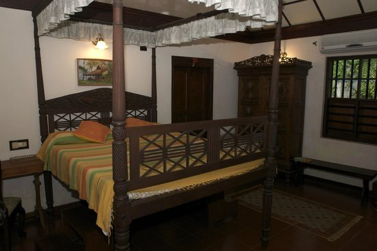 Motty's Homestay: antique four poster bed